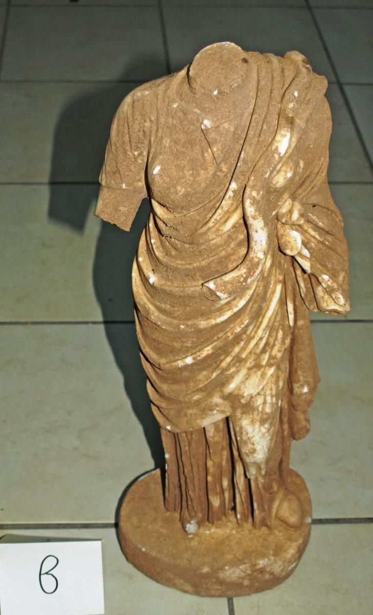 Το μαρμάρινο αγαλμάτιο της θεάς Υγιείας που βρέθηκε και κατασχέθηκε στη Σπάρτη (φωτ.: Ελληνική Αστυνομία).
