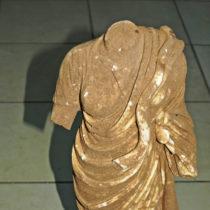 Μαρμάρινο αγαλμάτιο της θεάς Υγιείας στα χέρια αρχαιοκαπήλων