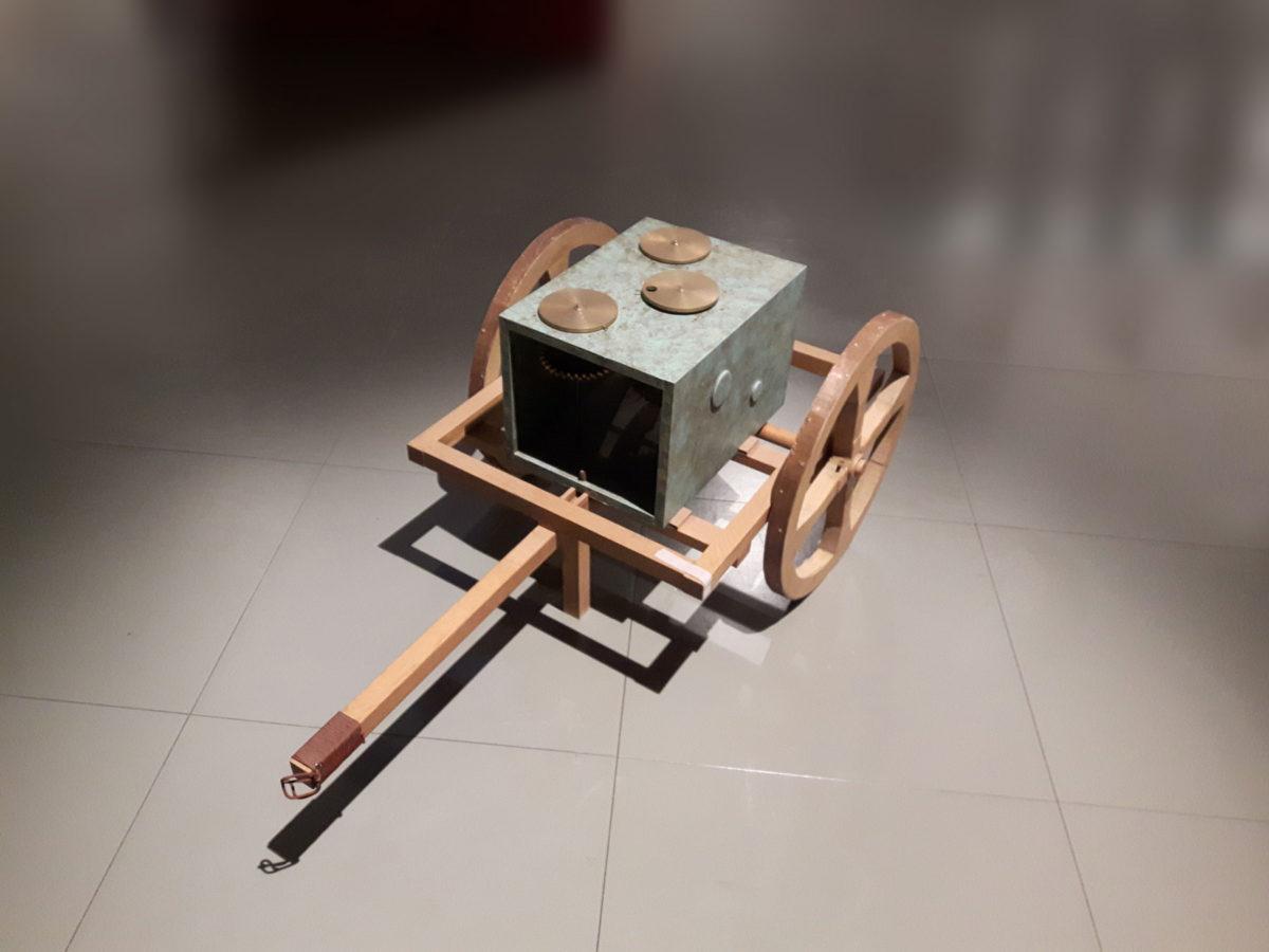 Οδόμετρο του Ήρωνα. Ο Ήρωνας επινόησε το οδόμετρο, έναν μηχανισμό για την ακριβή μέτρηση των αποστάσεων, τον 1ο αι. μ.Χ. Ο μηχανισμός αυτός βασιζόταν στο γεγονός πως η περίμετρος ενός κύκλου μπορεί να ξετυλιχθεί σε ένα συγκεκριμένο μήκος. Έτσι, η κάθε περιστροφή καταγραφόταν μέσω ενός συστήματος οδοντωτών τροχών σε έναν μετρητή.