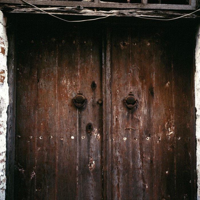 Ξύλινη πόρτα (λεπτομέρεια) στο κελί των Εισοδίων της Θεοτόκου της Ιεράς Μονής Διονυσίου (1864) στις Καρυές. Φωτογραφία του Δημήτρη Γ. Λουζικιώτη (πηγή: Αγιορειτική Εστία).