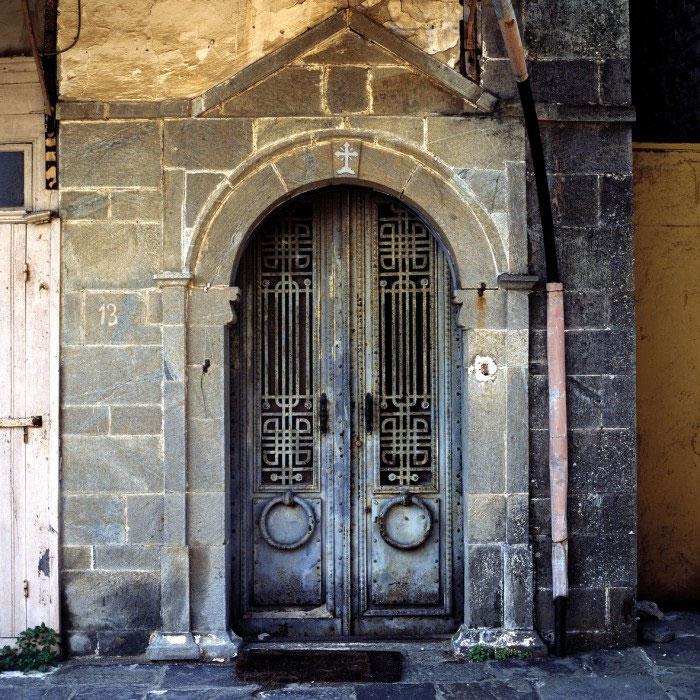 Μεταλλική θύρα στο κελί της Απoτομής της Τιμίας Κεφαλής του Τιμίου Προδρόμου της Ιεράς Μονής Ιβήρων στις Καρυές. Φωτογραφία του Δημήτρη Γ. Λουζικιώτη (πηγή: Αγιορειτική Εστία).