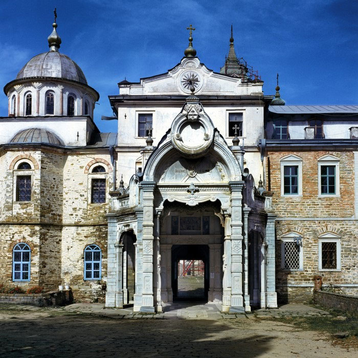 Ιερά Σκήτη Αγίου Ανδρέα (Σεράι). Πρόπυλο. Φωτογραφία του Δημήτρη Γ. Λουζικιώτη (πηγή: Αγιορειτική Εστία).
