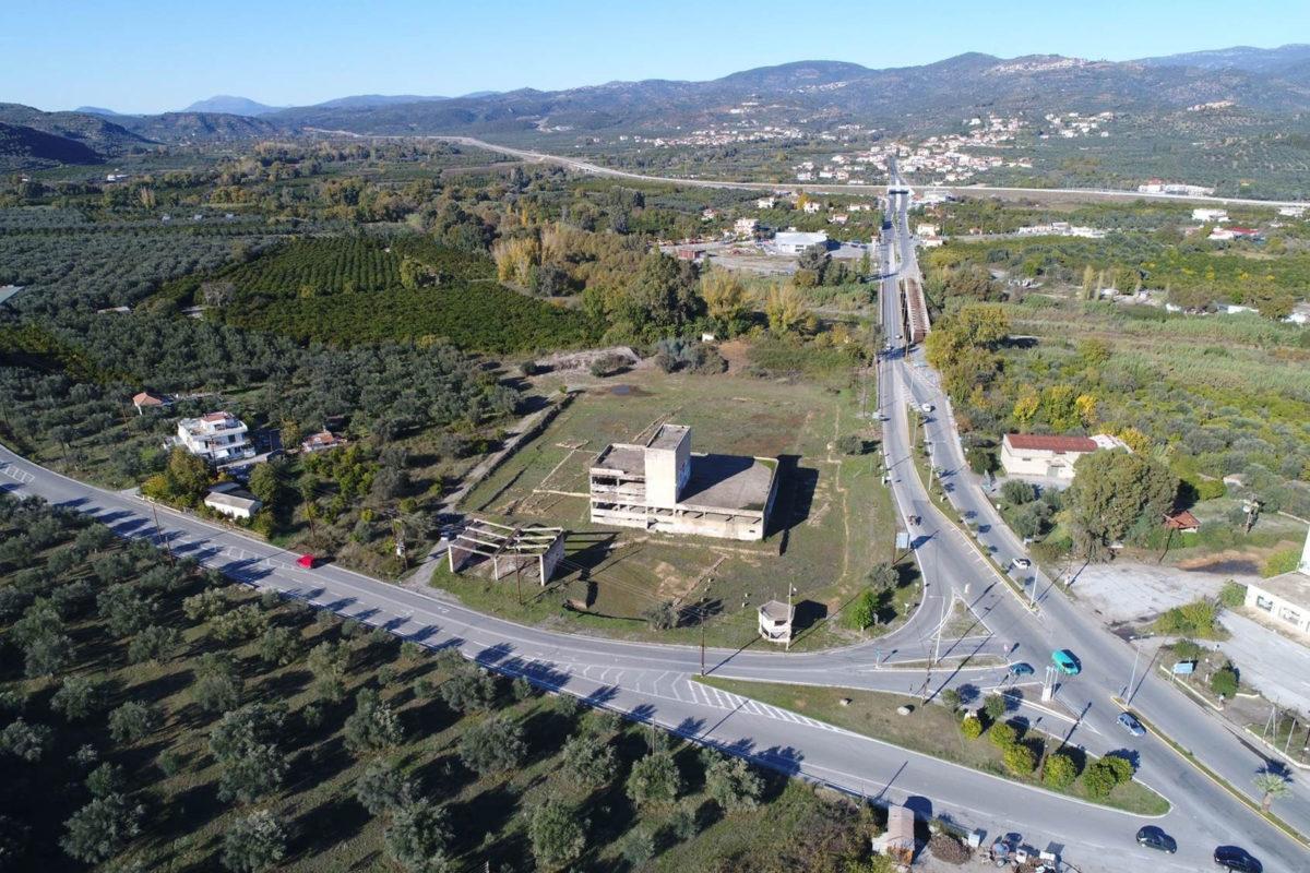 Ο χώρος όπου θα ανεγερθεί το Νέο Αρχαιολογικό Μουσείο Σπάρτης με το κύριο κτήριο του συγκροτήματος του εργοστασίου ΧΥΜΟΦΙΞ, που έχει ήδη χαρακτηριστεί νεότερο μνημείο (φωτ.: ΑΠΕ-ΜΠΕ).