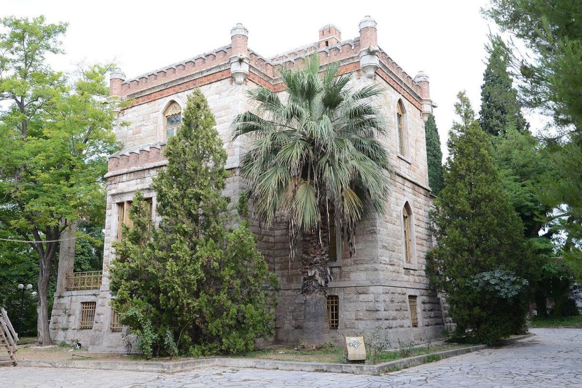 Ο πύργος Παλατάκι στο Χαϊδάρι (φωτ.: Βικιπαίδεια).