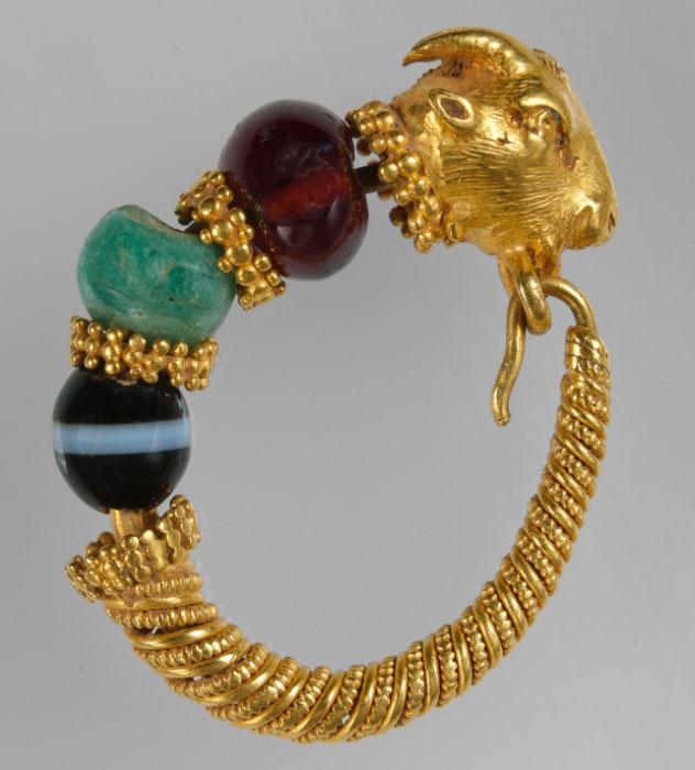 Χρυσό ενώτιο με κεφαλή τράγου από τη Θεσσαλία (2ος-1ος αι. π.Χ.). © ΕΑΜ/ΤΑΠ. Φωτ.: Σ. Μαυρομμάτης.