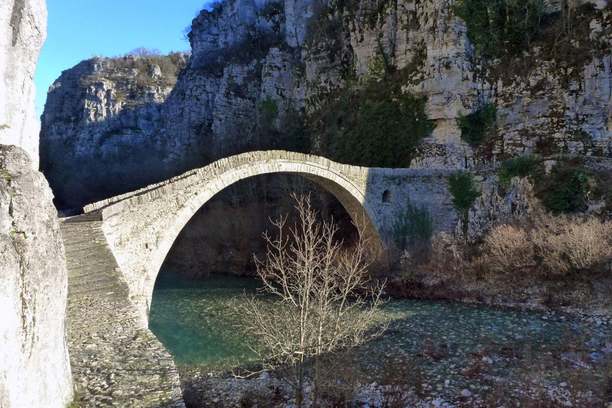 Το Γεφύρι του Κόκκορου κοντά στους Κήπους Ζαγορίου (φωτ.: «Αρχαιολογία και Τέχνες»).
