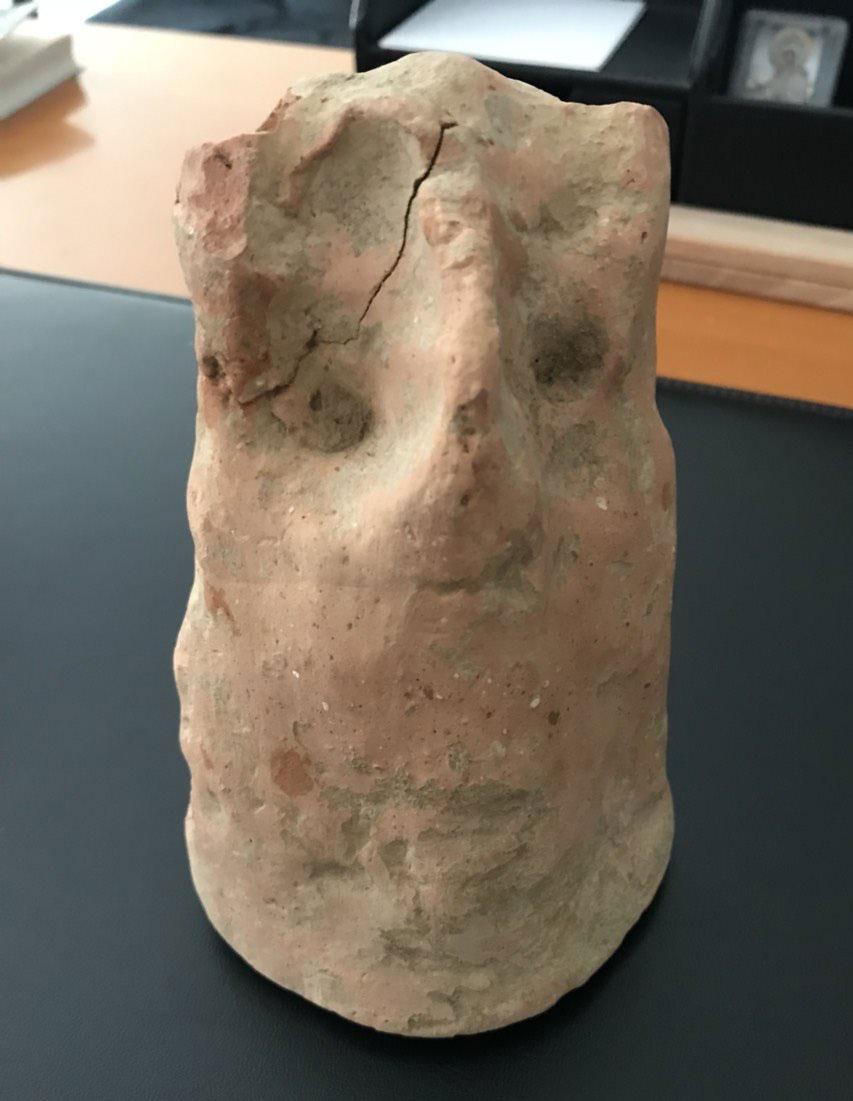 Μέρος των αρχαιοτήτων που βρέθηκαν σε θαμνώδη περιοχή στην Κορωνησία (φωτ.: Ελληνική Αστυνομία).