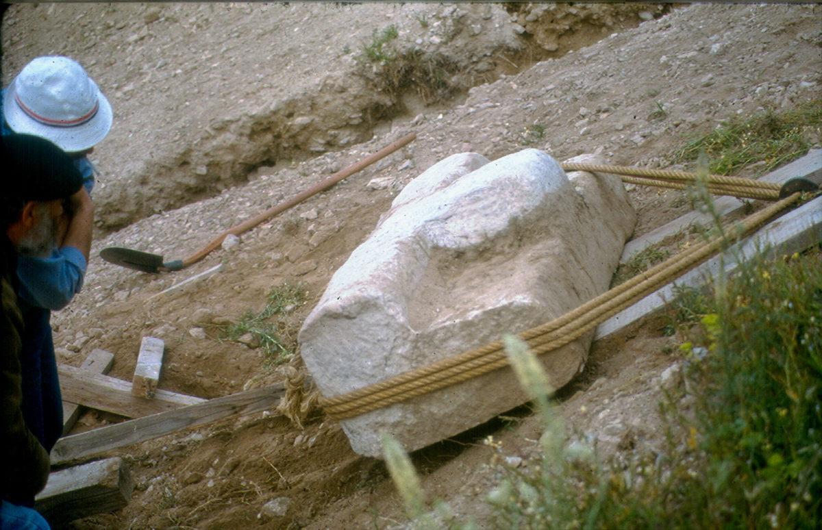 Εικ. 11. Τμήμα της επιγραφής του Θρασύλλειου κατά τη διάρκεια της μεταφοράς του στο μνημείο.