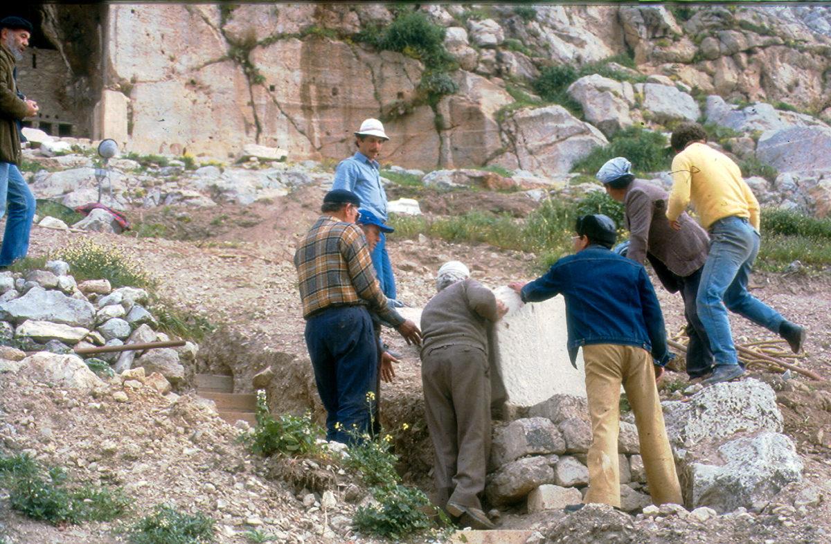 Εικ. 14. Τμήμα της επιγραφής του Θρασύλλειου κατά τη διάρκεια της μεταφοράς του στο μνημείο.