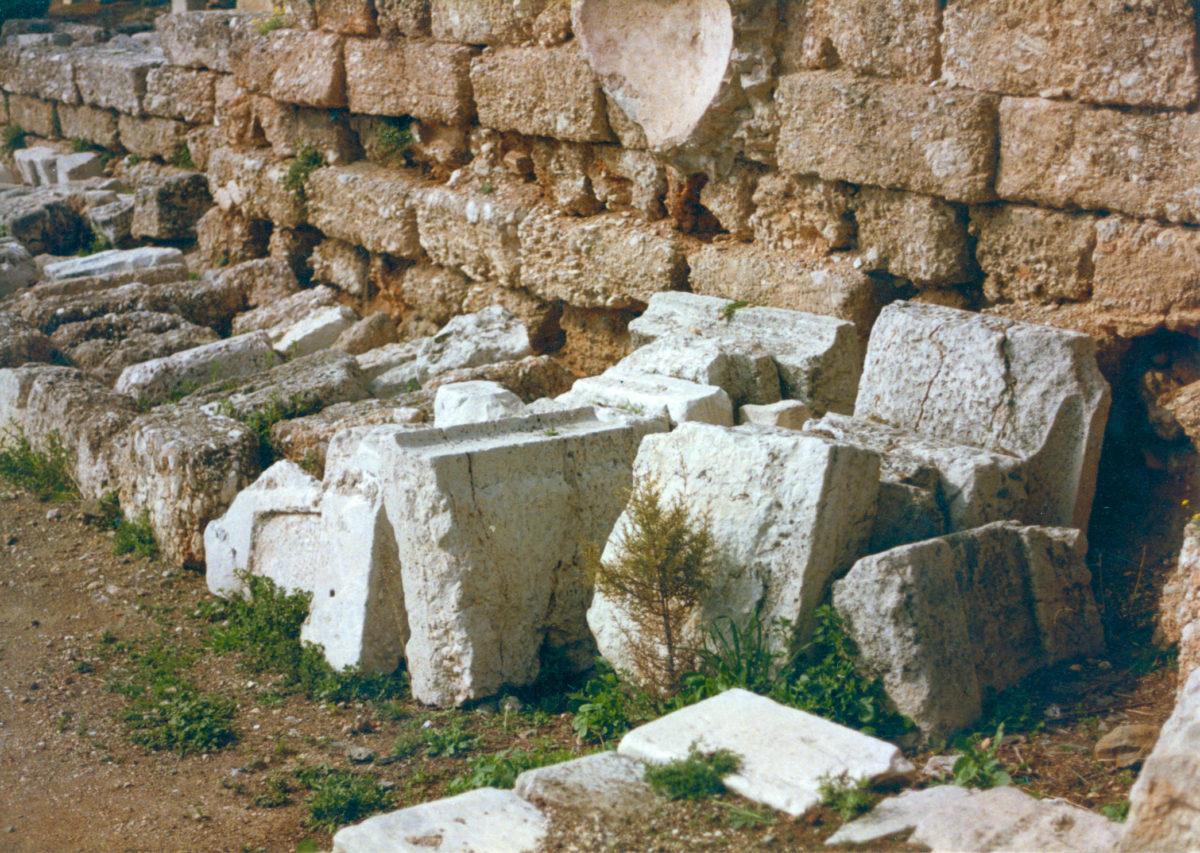 Εικ. 19. Σωρός εδωλίων Β στον Περίπατο, δίπλα στη σύγχρονη κλίμακα, δυτικά του διαζώματος του θεάτρου.
