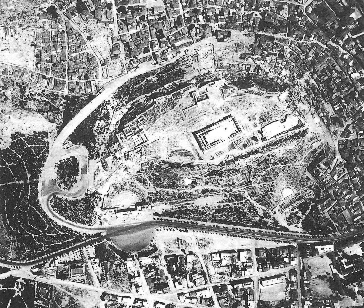 Εικ. 2. Αεροφωτογραφία του 1935 όπου φαίνεται η παλιά Διονυσίου Αρεοπαγίτου, που οδηγούσε στο Ηρώδειο.