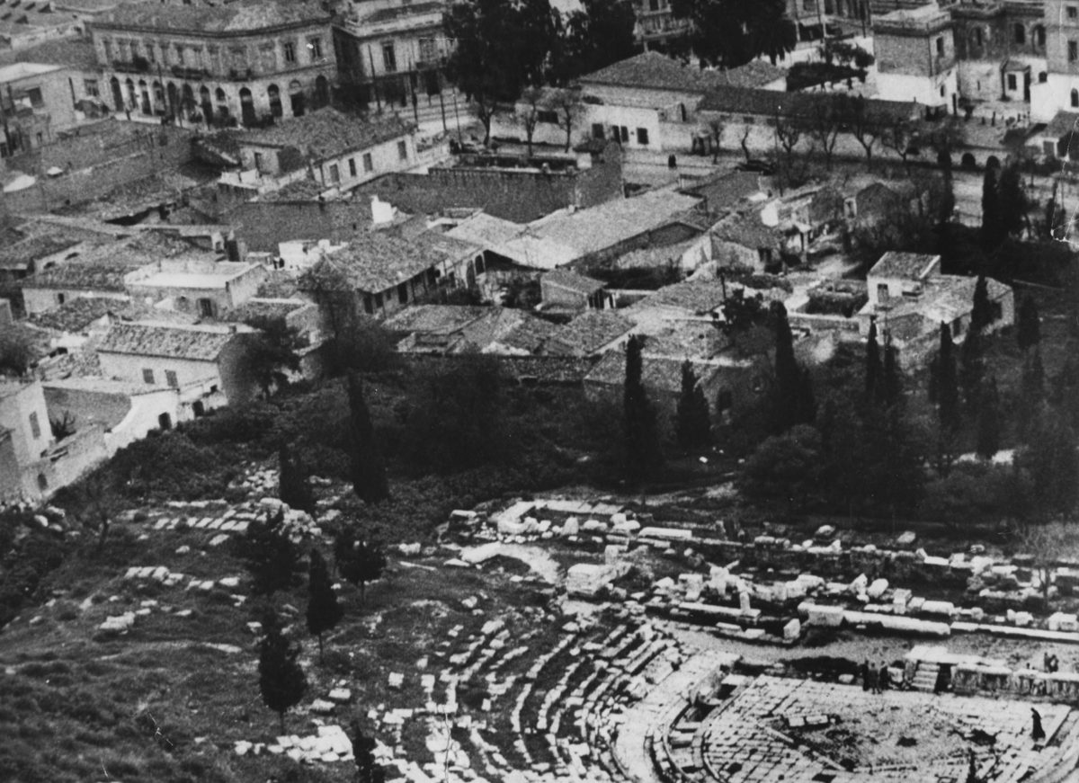 Εικ. 20. Καλύπτοντας πλήρως το Ωδείο του Περικλή και μεγάλο μέρος του αρχαιολογικού χώρου, τα Αναφιώτικα έφταναν μέχρι τη λεωφόρο Διονυσίου Αρεοπαγίτου. Φωτ.: Ινώ Ιωαννίδου.