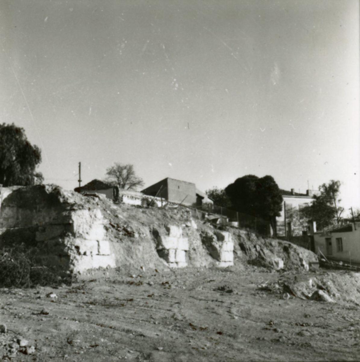 Εικ. 21. Φωτογραφία των βάσεων της νότιας κιονοστοιχίας του Ωδείου του Περικλή, όπως αποκαλύφθηκαν μετά την κατεδάφιση των σπιτιών των Αναφιώτικων.