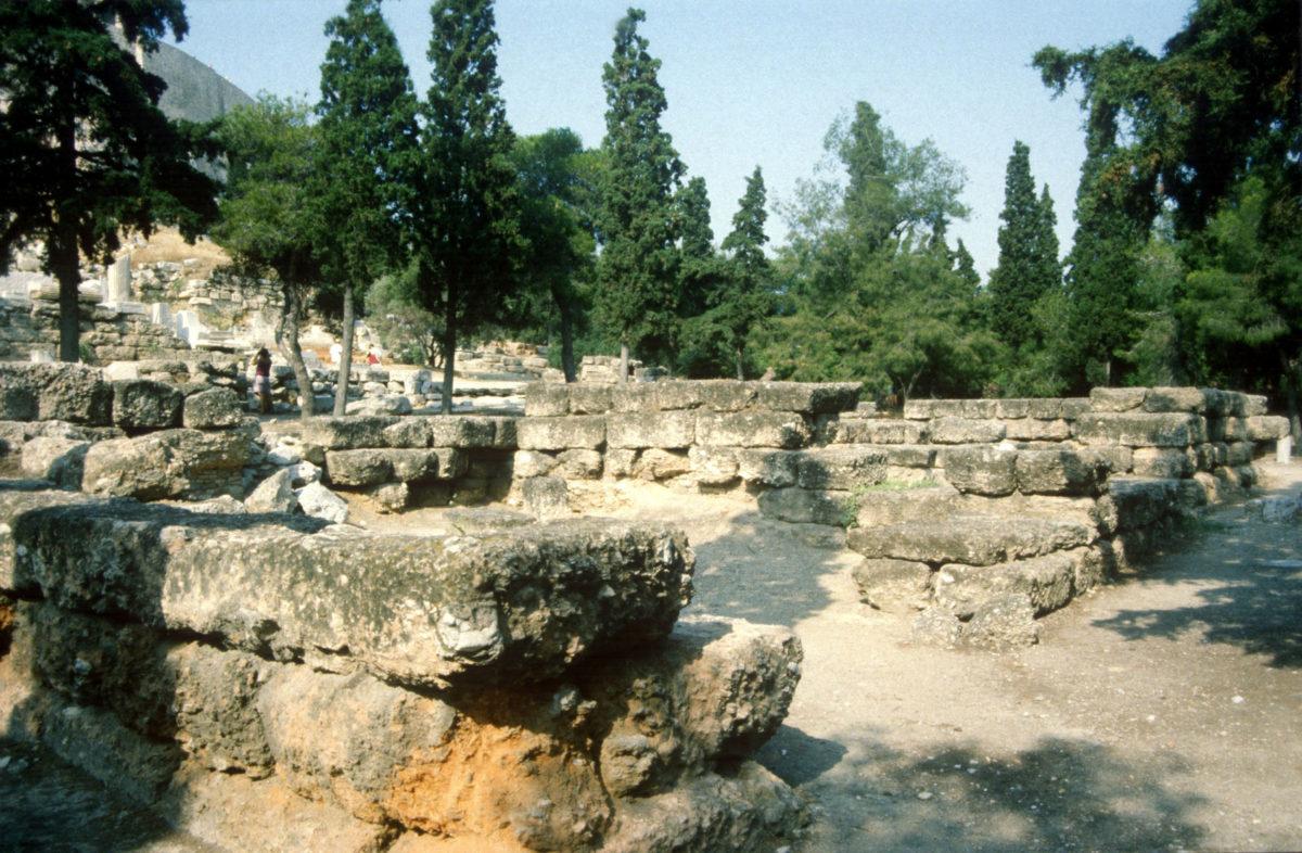 Εικ. 22. Ο νεότερος ναός του Διονύσου από τα νοτιοανατολικά, όπου είναι εμφανής η φθορά του λίθου.