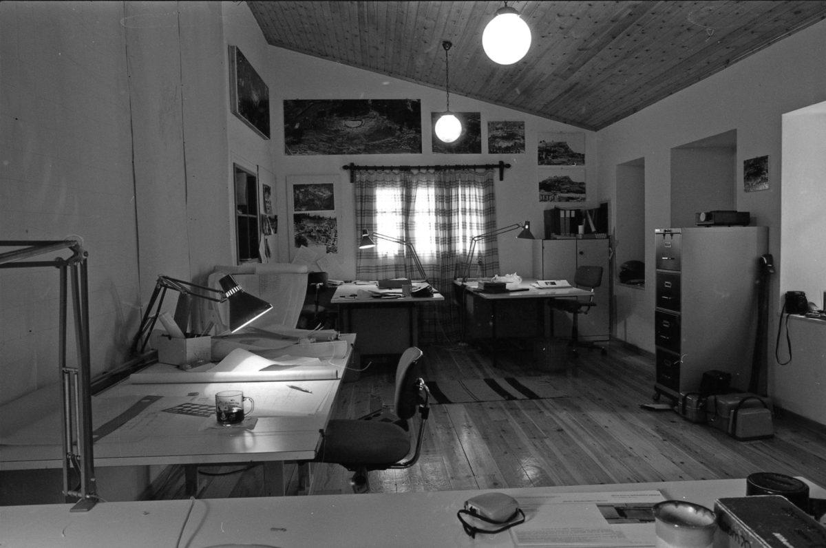 Εικ. 24. Το ισόγειο των γραφείων της Επιτροπής Συντήρησης Διονυσιακού Θεάτρου στην οδό Θρασύλλου, αρ. 20.