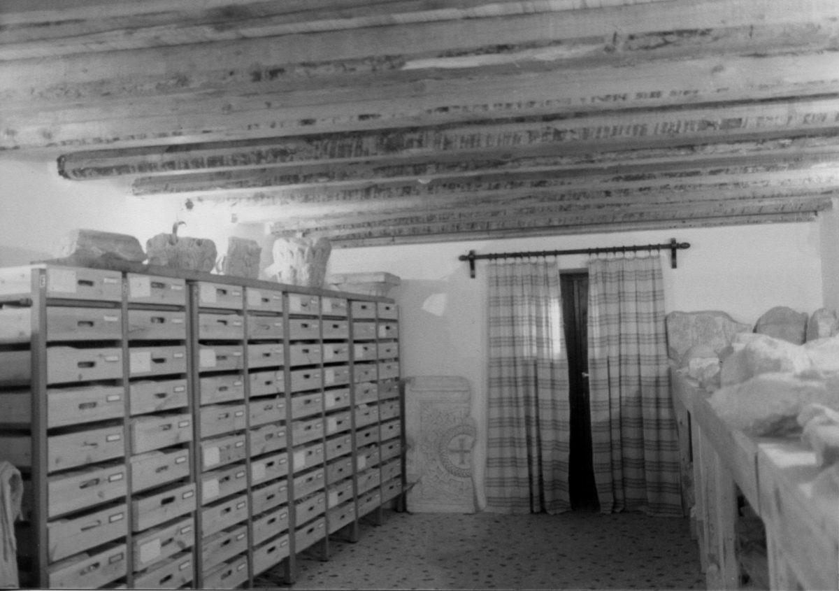 Εικ. 25. Το υπόγειο των γραφείων της Επιτροπής Συντήρησης Διονυσιακού Θεάτρου, που μετατράπηκε σε αρχαιολογική αποθήκη.