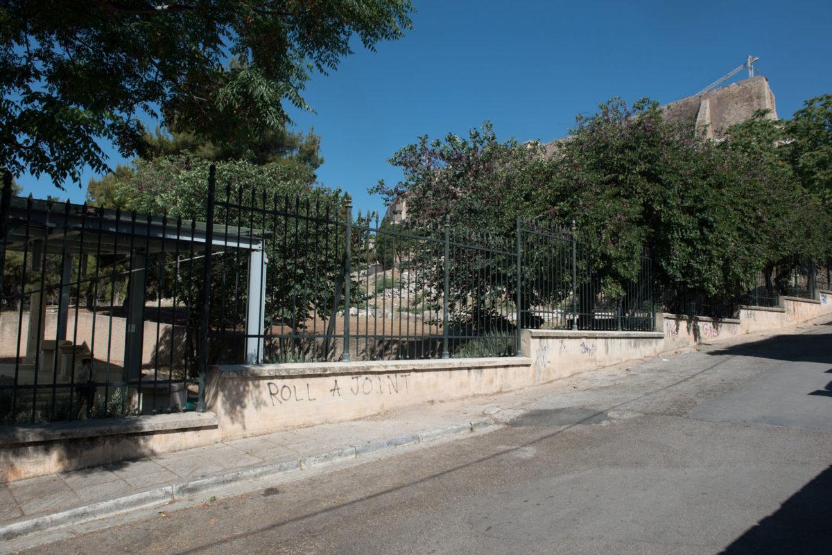 Εικ. 27. Καγκελόφραξη του αρχαιολογικού χώρου επί της οδού Θρασύλλου.
