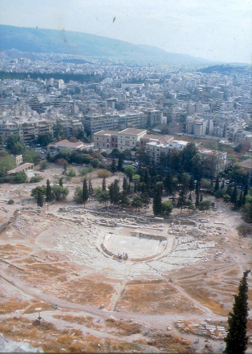 Εικ. 31. Η νοτιοανατολική γωνία του αρχαιολογικού χώρου με το στέγαστρο των αγαλμάτων και πριν δημιουργηθεί η σημερινή είσοδος.