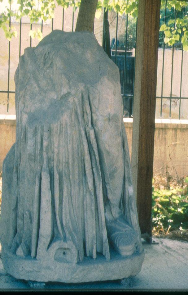 Εικ. 36. Άγαλμα τοποθετημένο στο παλιό στέγαστρο με τα ξύλινα υποστυλώματα.
