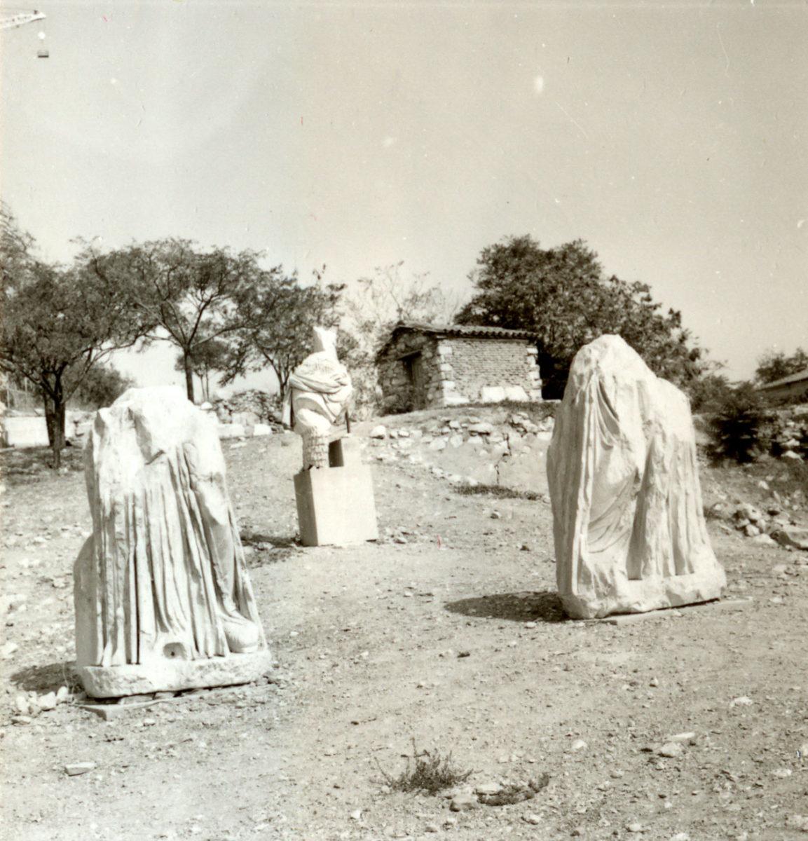 Εικ. 37. Αγάλματα στο Ωδείο του Περικλή, πριν μεταφερθούν στο στέγαστρο.
