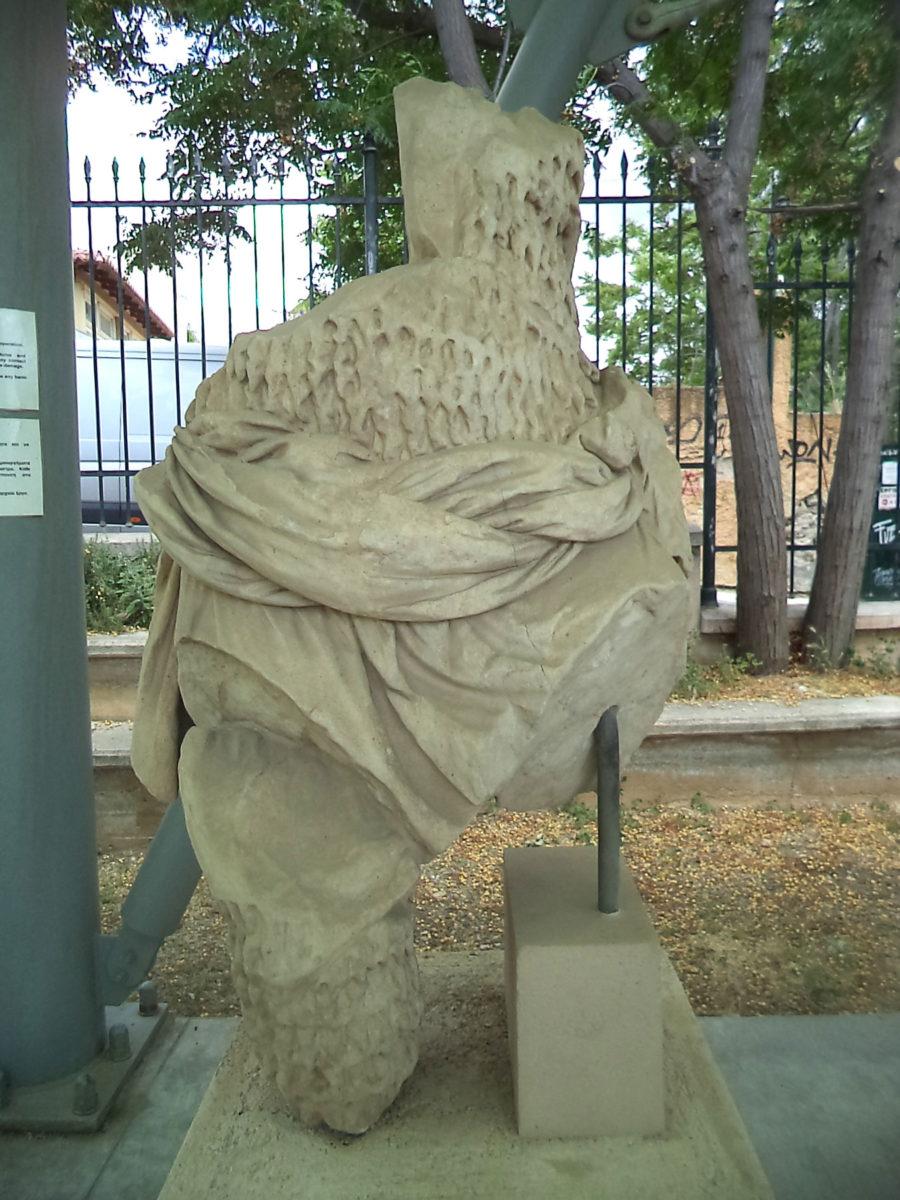 Εικ. 38. Άγαλμα στο στέγαστρο του Ασκληπιείου.