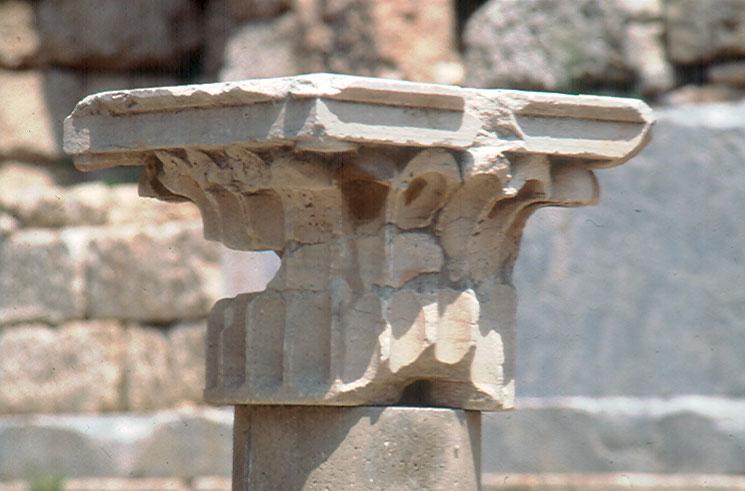 Εικ. 4. Περγαμηνό κιονόκρανο της στοάς του Ευμένη που προέκυψε από συγκόλληση εγκατάσπαρτων θραυσμάτων που βρίσκονταν στο χώρο της Στοάς, του Ασκληπιείου και των βυζαντινών δεξαμενών.