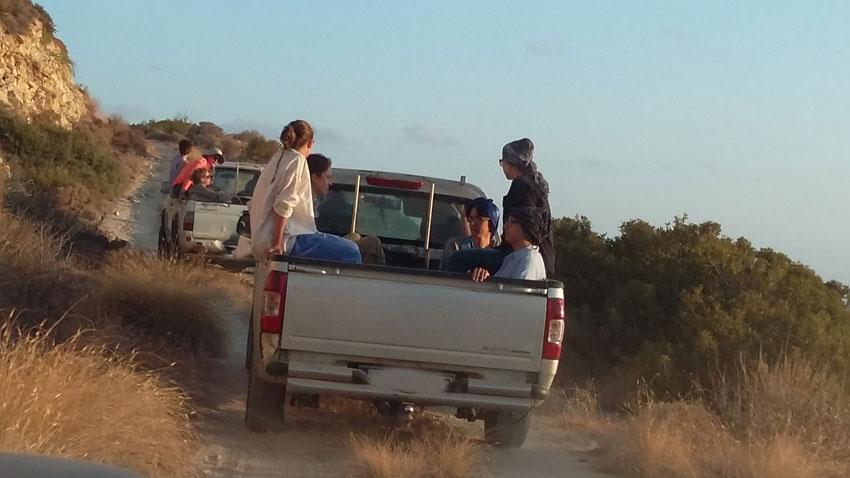 Η μεταφορά του προσωπικού της ανασκαφής στο λόφο Κεφάλα γίνεται με αγροτικά αυτοκίνητα.