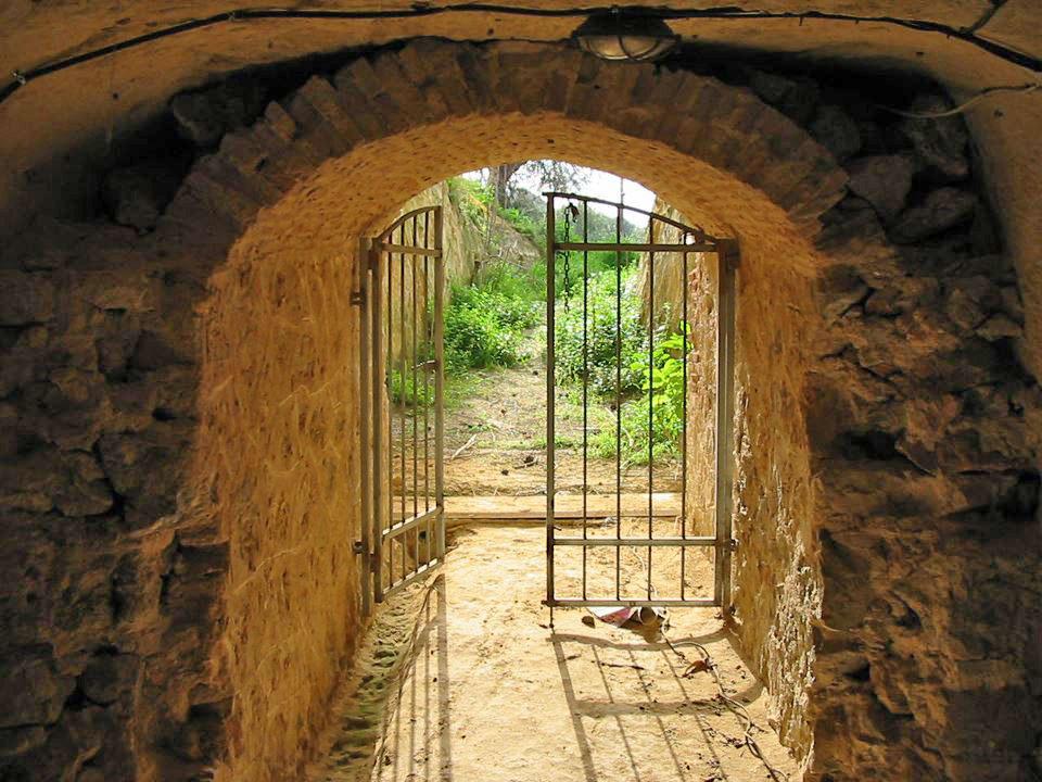 To υπόγειο καταφύγιο των Γερμανών μετά την περίοδο της Μάχης της Κρήτης (φωτ.: ΑΠΕ-ΜΠΕ).