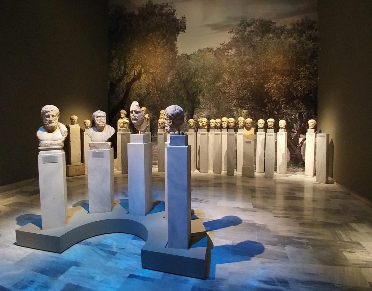 Άποψη της περιοδικής έκθεσης «Αδριανός και Αθήνα. Συνομιλώντας με έναν κόσμο ιδεών» (© TAΠΑ/Εθνικό Αρχαιολογικό Μουσείο).