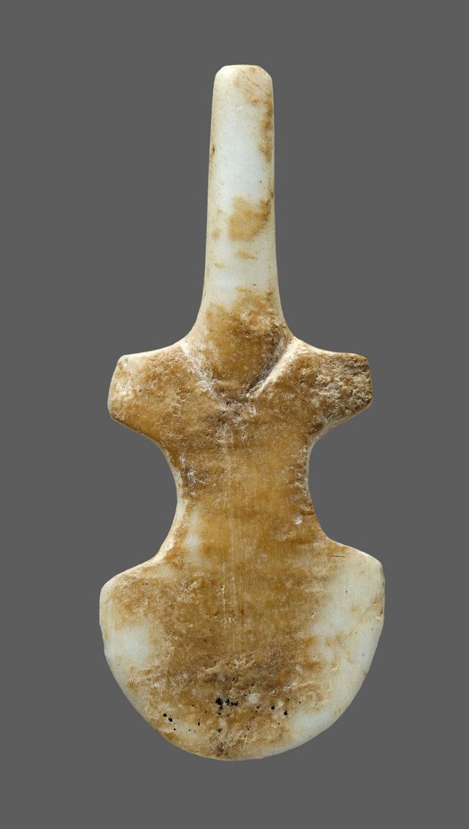 Βιολόσχημο μαρμάρινο ειδώλιο από το νεκροταφείο στα Γλυφά Πάρου (3200-2800 π.Χ.). © ΕΑΜ/ΤΑΠ.  Φωτ.: Σ. Μαυρομμάτης.