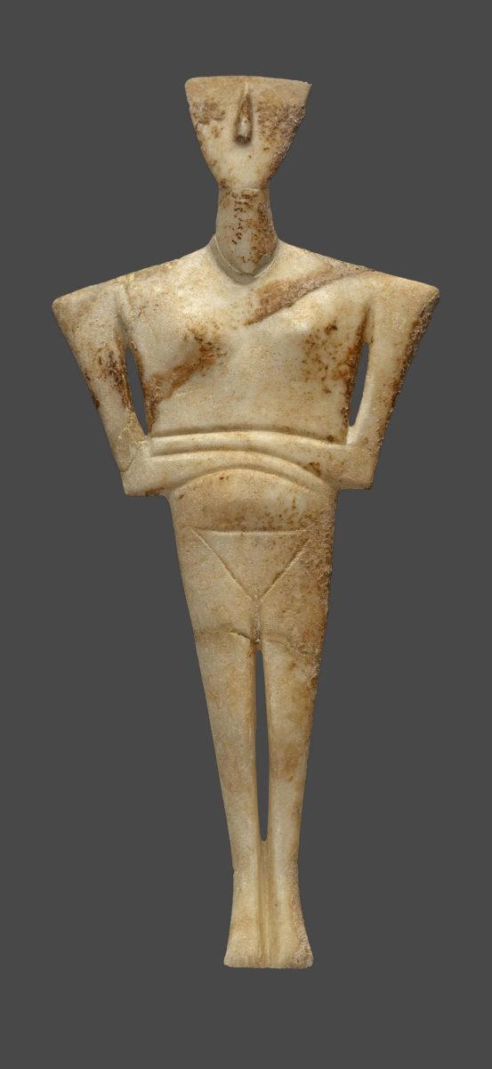 Μαρμάρινο ειδώλιο γυναικείας μορφής (παραλλαγή Δωκαθισμάτων), από το νεκροταφείο Χαλανδριανής Σύρου (2700-2300 π.Χ.). © ΕΑΜ/ΤΑΠ. Φωτ.: Σ. Μαυρομμάτης.