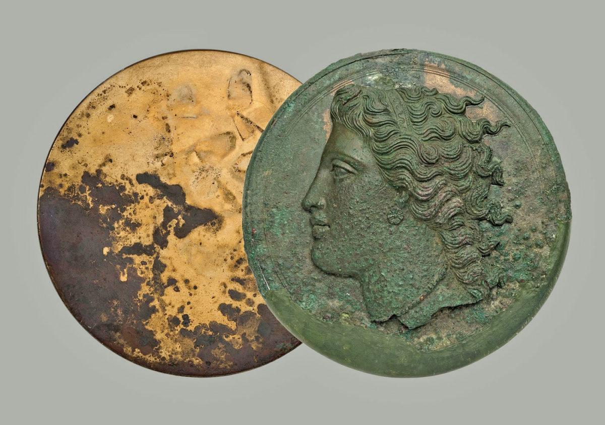Χάλκινο πτυκτό κάτοπτρο από την Κόρινθο (330-320 π.Χ.). © ΕΑΜ/ΤΑΠ. Φωτ.: Σ. Μαυρομμάτης.