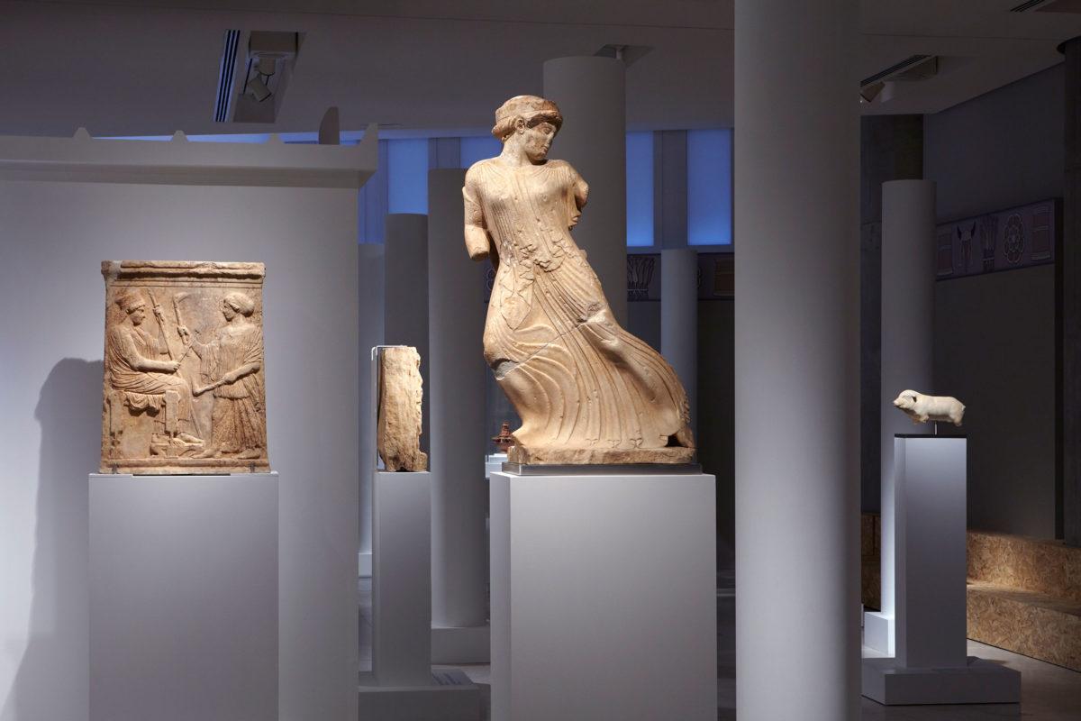 Η Φεύγουσα Κόρη. Από την έκθεση «Ελευσίνα. Τα μεγάλα μυστήρια» που παρουσιάζεται στο Μουσείο Ακρόπολης.