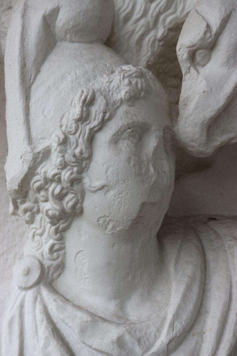 Οι Μαγεμένες είναι γλυπτά μιας ρωμαϊκής κιονοστοιχίας της Θεσσαλονίκης, που το 1864 αποσπάστηκαν από τον παλαιογράφο Εμανουέλ Μιλέρ και κατέληξαν στο Λούβρο.