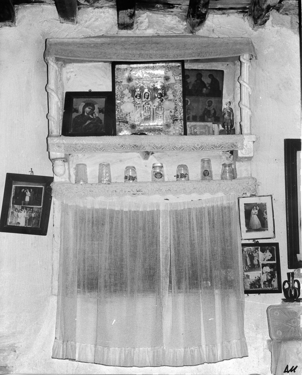 Εικ. 35. Το ερμάριο–εικονοστάσι στο χώρο του κυρίως σπιτιού, ενώ αυτό κατοικείται από την κόρη του Ροδάκη Μαρίνα. © Αρχείο Δημήτρη Μωραΐτη (1980).