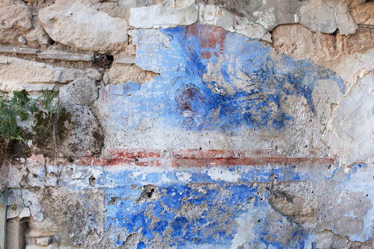 Εικ. 36. Ίχνη της επιτοίχιας ζωγραφικής διακόσμησης (2016). Διακρίνεται η λιθοδομή, δεδομένου ότι το επίχρισμα έχει καταστραφεί. © Παναγιώτης Ηλίας
