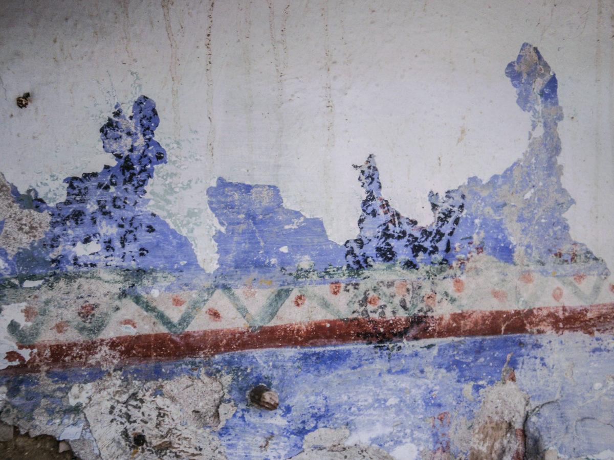 Εικ. 37. Ίχνη της επιτοίχιας ζωγραφικής διακόσμησης, όπου ακόμη υφίσταται το λευκό ασβέστωμα επί του επιχρίσματος. © Aρχείο Νεκτάριου Κουκούλη (2012).