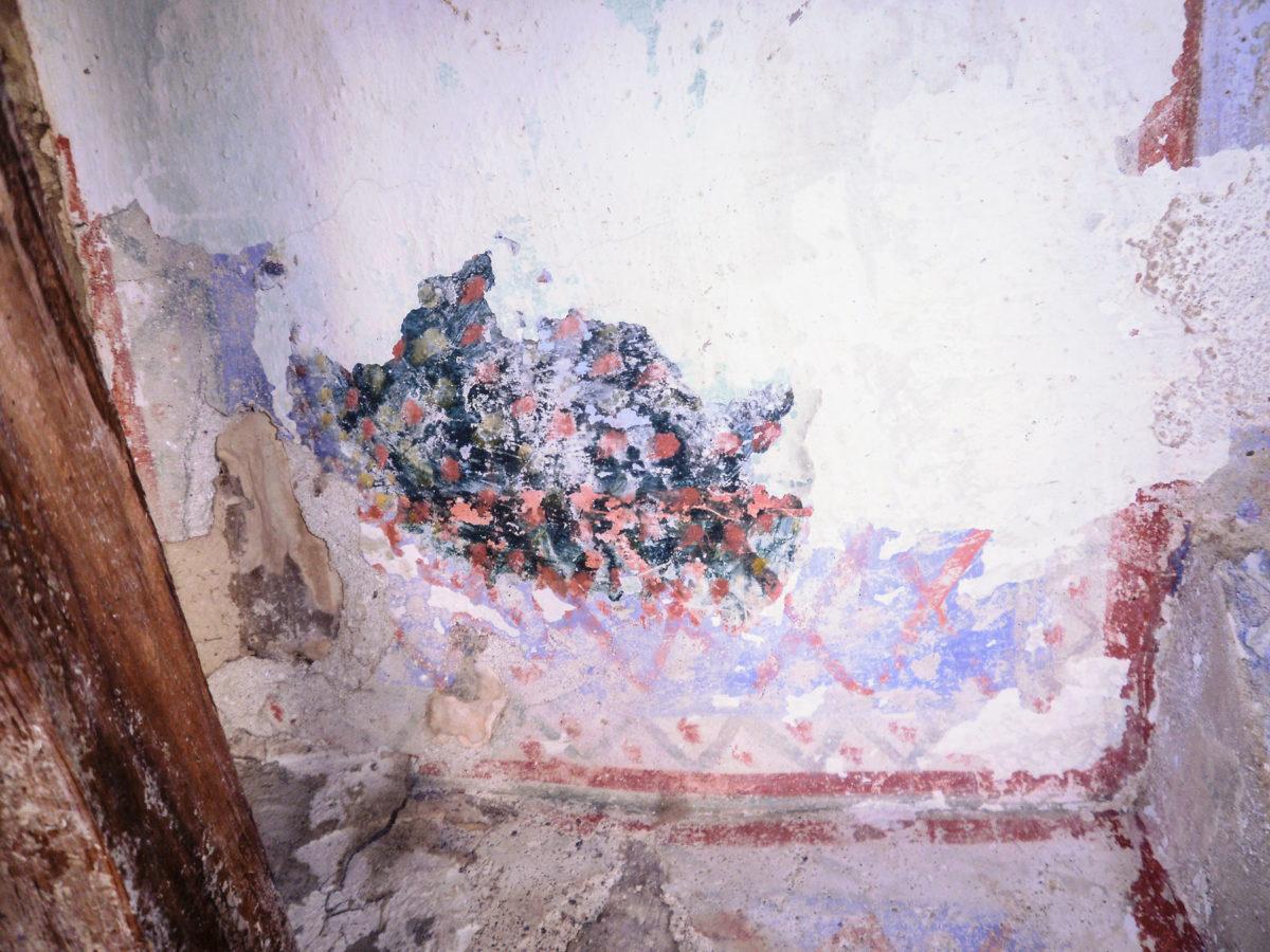 Εικ. 38. Ίχνη της ζωγραφικής διακόσμησης στην οροφή του κυρίως σπιτιού. © Aρχείο Νεκτάριου Κουκούλη (2012).