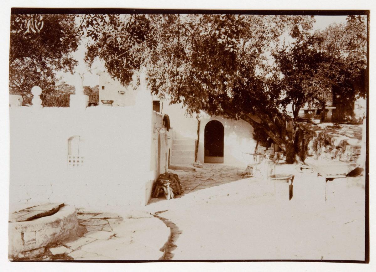 Εικ. 41. Αριστοτέλης Ζάχος, «Το σπίτι του Ροδάκη», φωτογραφία, 1928. © Μουσείο Μπενάκη ΑΝΑ_30_35_14.