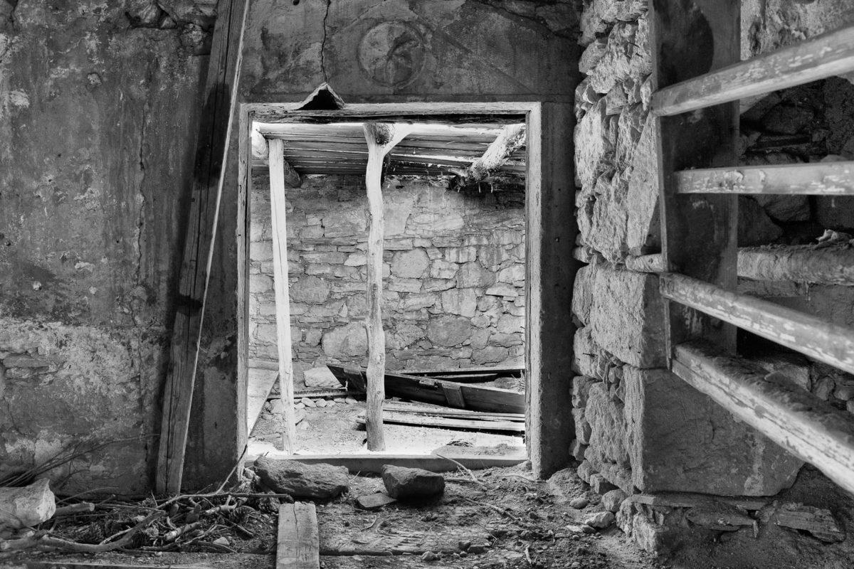 Εικ. 3. Η είσοδος από τον προσωπικό χώρο του Ροδάκη στο αμπάρι, το οποίο τοποθετείται κάτω από το πατάρι του κυρίως σπιτιού. Το άνοιγμα έκλεινε με ξύλινο φύλλο, το οποίο υπάρχει αποσπασμένο, σε κακή κατάσταση στο δάπεδο του αμπαριού. ©  Παναγιώτης Ηλίας.