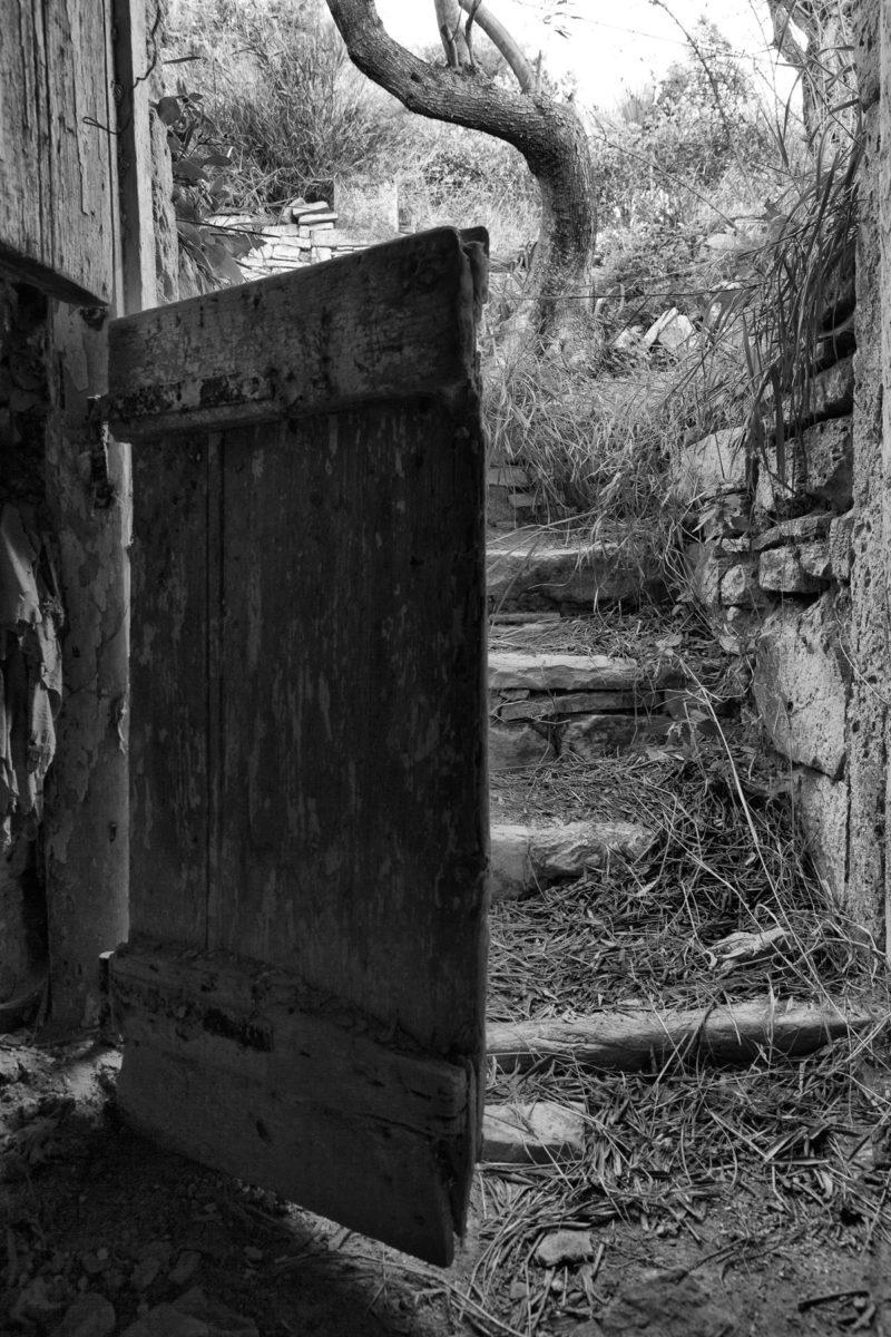 Εικ. 4. Οι βαθμίδες από το χώρο της αυλής προς τον προσωπικό χώρο του Ροδάκη. © Παναγιώτης Ηλίας.