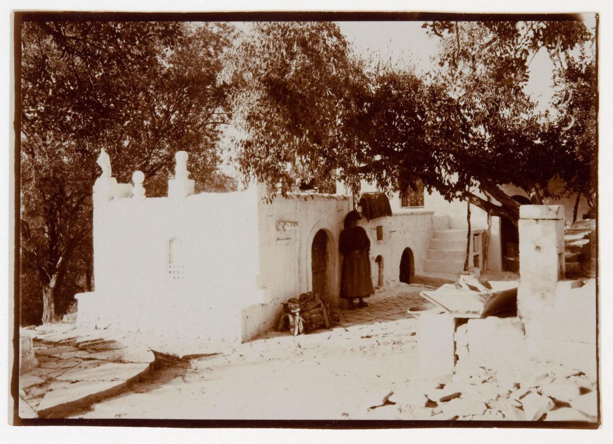 Εικ. 7. Αριστοτέλης Ζάχος, Το σπίτι του Ροδάκη, Φωτογραφία, 1928. © Μουσείο Μπενάκη (ΑΝΑ_30_35_13).