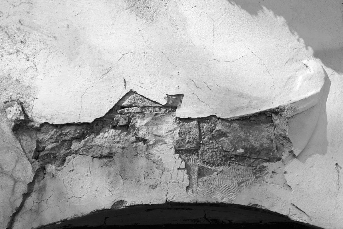 Εικ. 20. Η ανάγλυφη βάρκα στη σημερινή της κατάσταση, με το μεγαλύτερο μέρος της να έχει καταστραφεί από την εισροή βρόχινων νερών. ©  Παναγιώτης Ηλίας
