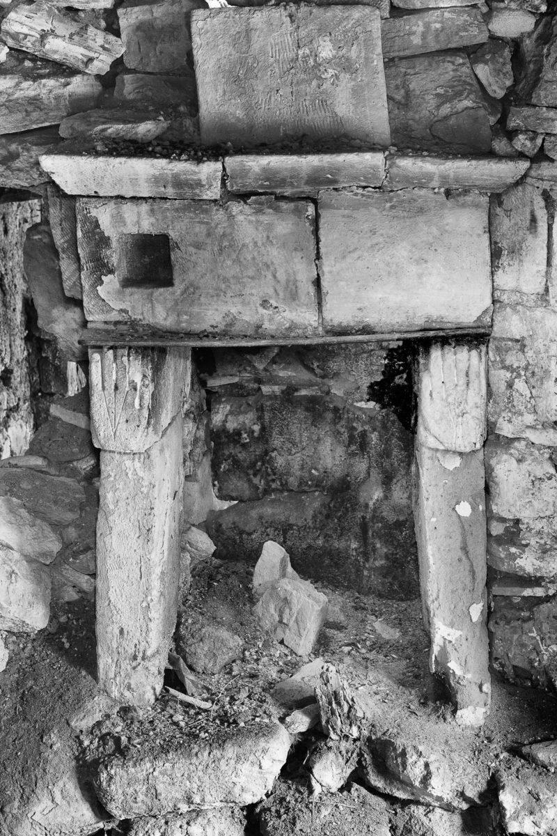 Εικ. 21. Το τζάκι-παραφωτιά στον πρώτο χώρο του παράσπιτου, με σκαλισμένα τα χέρια του Ροδάκη. © Παναγιώτης Ηλίας