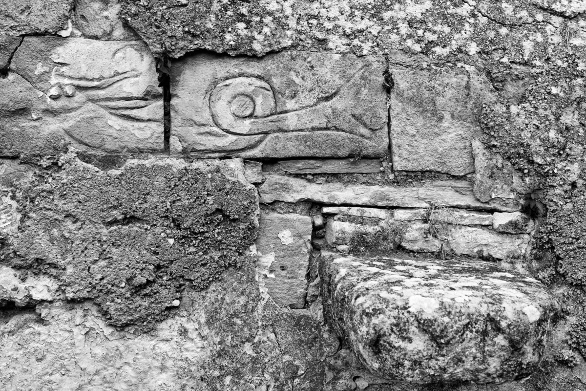 Εικ. 22. Η εγχάρακτη γοργόνα και η πλάκα-γαρουφαλίνα με ανάγλυφο ζικ ζακ. © Παναγιώτης Ηλίας