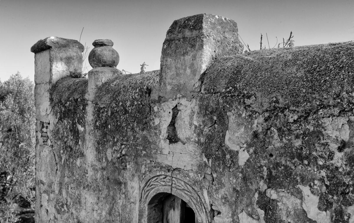 Εικ. 23. Οι βάσεις των αγαλμάτων στον νοτιοανατολικό τοίχο του παράσπιτου. © Παναγιώτης Ηλίας