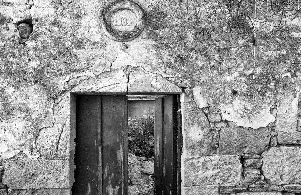 Εικ. 25. Η είσοδος του κυρίως σπιτιού με την επιγραφή χρονολόγησης. © Παναγιώτης Ηλίας