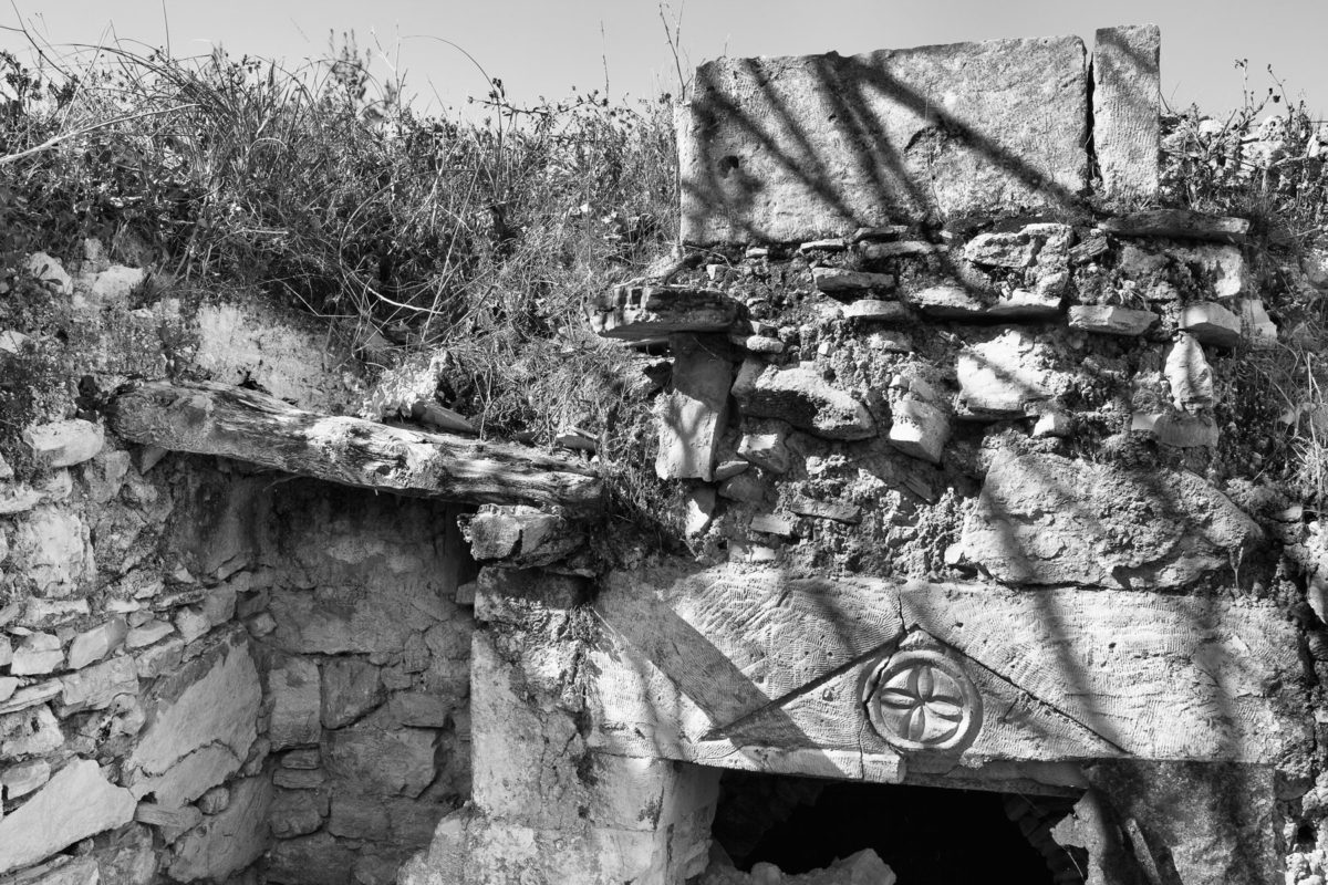 Εικ. 29. Ο ρόδακας στο αέτωμα του φούρνου στο φουρνόσπιτο.  © Παναγιώτης Ηλίας