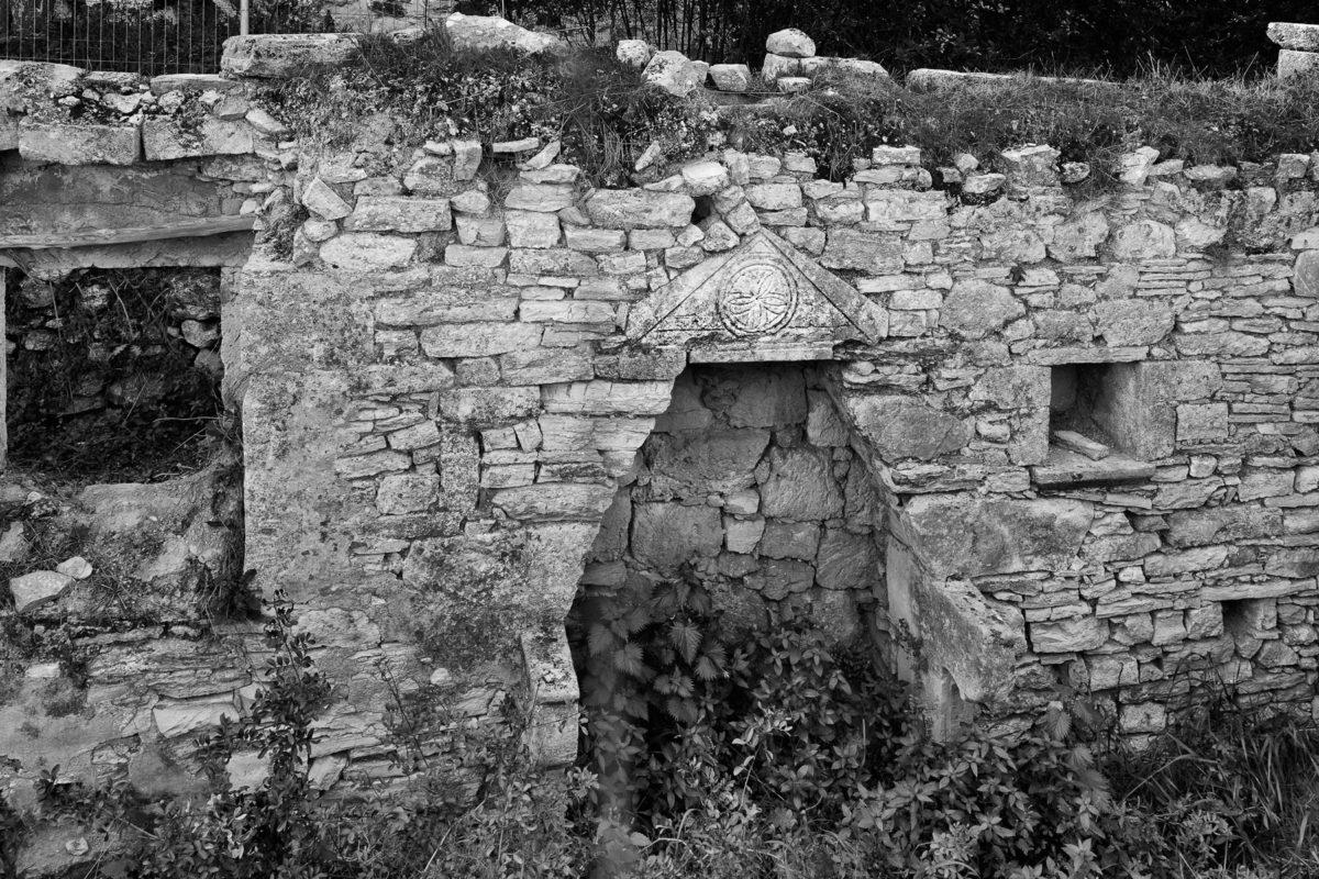 Εικ. 30. Ο ρόδακας στο αέτωμα και τα φουρούσια του τζακιού στο πατητήρι-μαγειρείο.  © Παναγιώτης Ηλίας