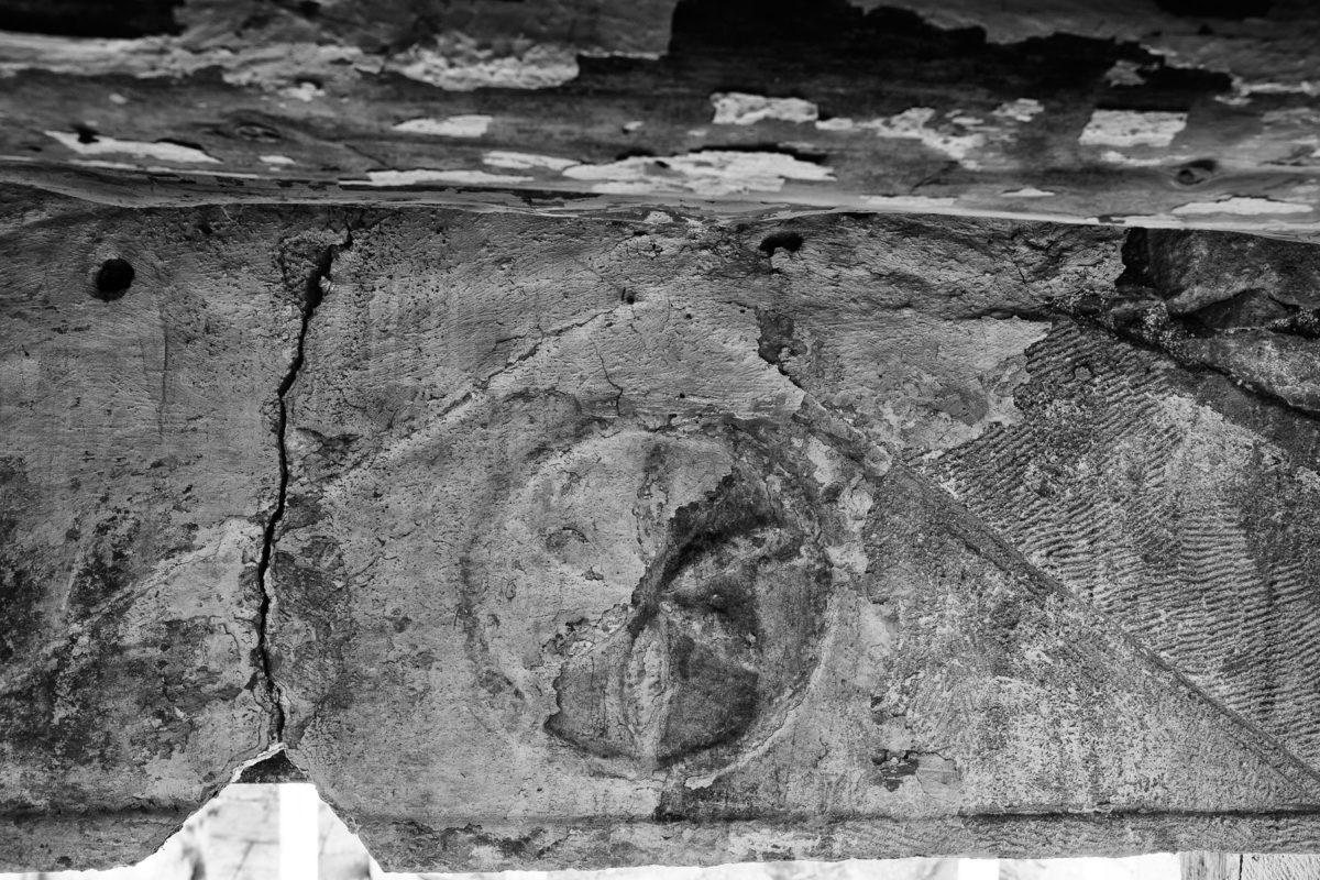 Εικ. 31. Ο ρόδακας στο αέτωμα της εισόδου στο αμπάρι του παράσπιτου.  © Παναγιώτης Ηλίας